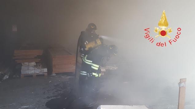 Lamezia. In fiamme capannone adibito a deposito nell'area ex-Sir
