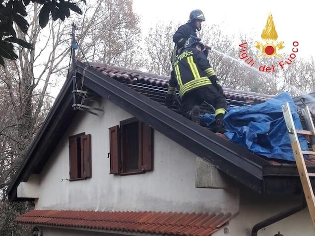 Torre di Ruggiero (CZ). A fuoco il tetto di una abitazione