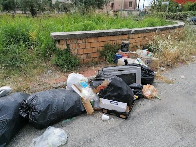 Lamezia. Immondizia abbandonata: l'emergenza non scoraggia gli incivili