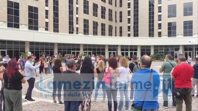 I tirocinanti calabresi protestano davanti alla cittadella regionale