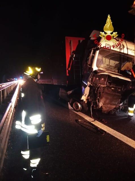Incidente stradale sulla A2 del Mediterraneo: mezzo di traverso tra le corsie