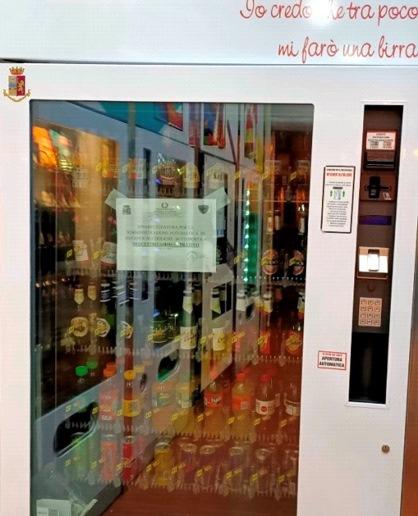 Lamezia. Sequestrato distributore automatico che erogava alcolici e bevande dopo la mezzanotte