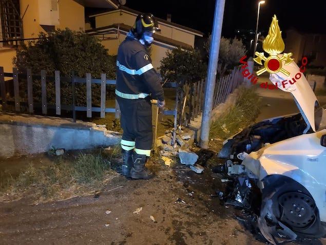 Sellia Marina (CZ). Auto perde controllo e impatta contro un muro, un ferito