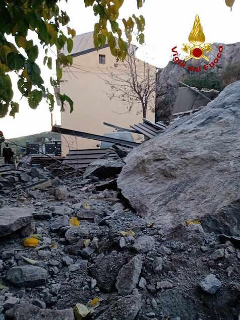 Si stacca costone da roccia: sfiorata tragedia a Cassano sullo Ionio
