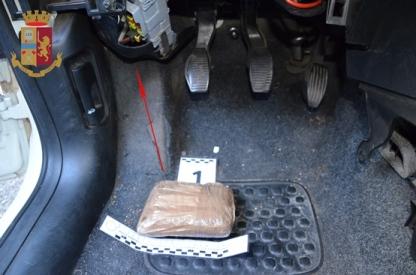 Tentano di sfuggire a controllo polizia, fermati con mezzo kg di eroina
