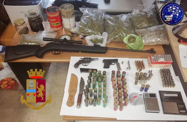 Armi, munizioni e droga in casa, arrestato un trentottenne