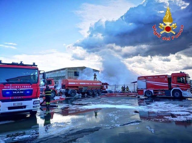 Incendio rifiuti a Crotone, disagi circolazione per il fumo