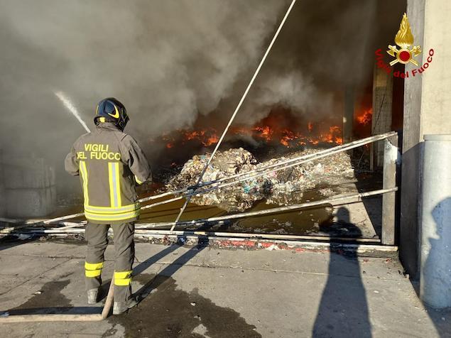 Rende. Incendio di un capannone di circa 2400mq adibito allo stoccaggio e trattamento di rifiuti solidi urbani