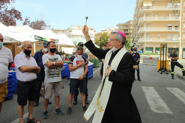 Lamezia. Vescovo Schillaci benedice fiera dei Santi Pietro e Paolo