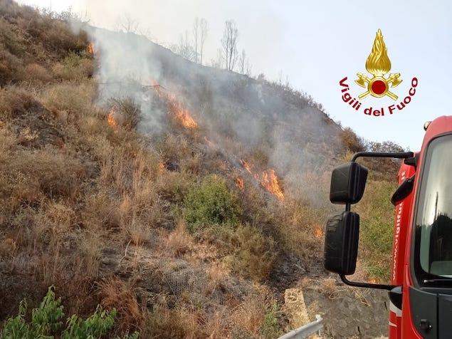L'ondata di caldo che da giorni interessa la Calabria non da tregua ai vigili del fuoco