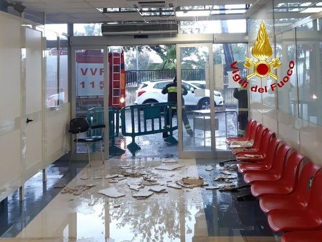 Ospedale Locri. Crolla soffitto pronto soccorso, intervengono i vigili del fuoco