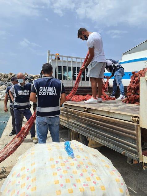 San Lucido: Guardia costiera sequestra attrezzi da pesca utilizzati illegalmente