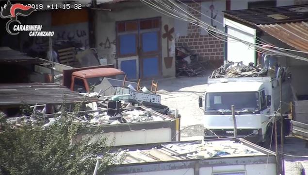 Traffico illecito di rifiuti: maxi operazione tra Lamezia e Catanzaro