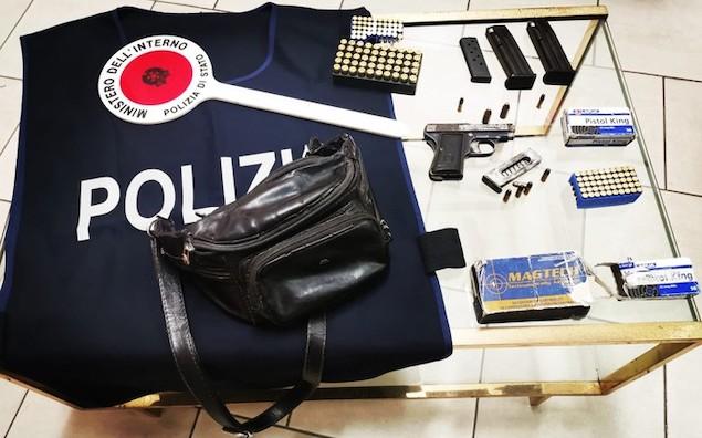 Armi: viaggiava in auto con una pistola, arrestato