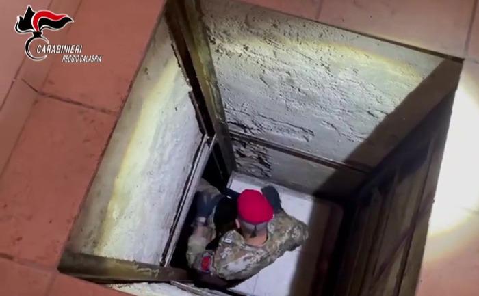 Bunker scoperto dai carabinieri in un edificio nel Reggino