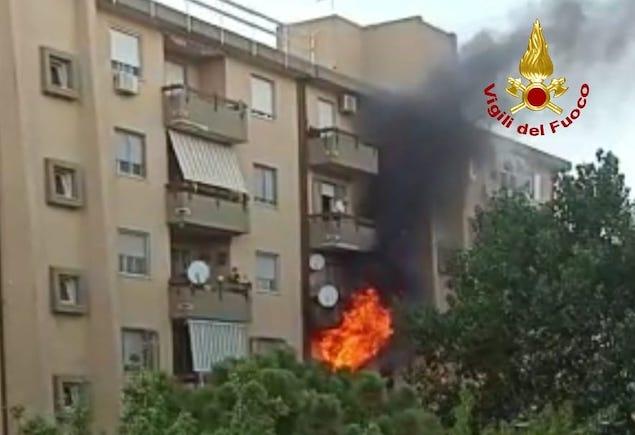 Catanzaro. In fiamme appartamento di una palazzina, evacuati gli abitanti