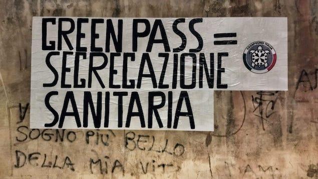 Green Pass, striscioni di CasaPound: scelta folle, è segregazione sanitaria