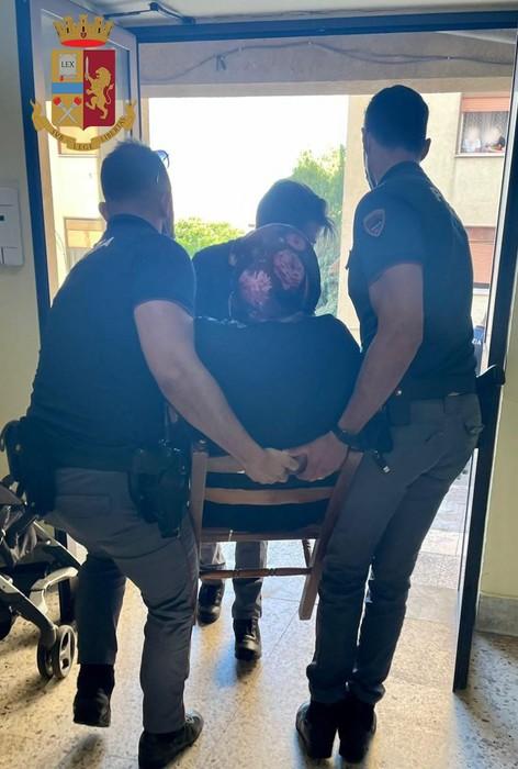 Fiamme in appartamento, coppia di anziani salvata dalla Polizia
