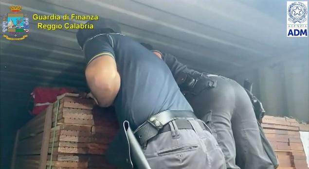 Gioia Tauro. Sequestrati 108 kg di cocaina occultati in un carico di legname