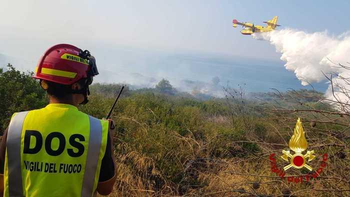 Incendi: a fuoco pineta nel Crotonese, evacuato un campeggio