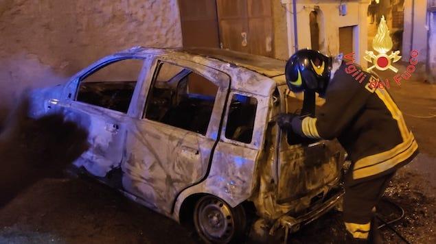 Lamezia. Nella notte in fiamme autovettura in via Belvedere