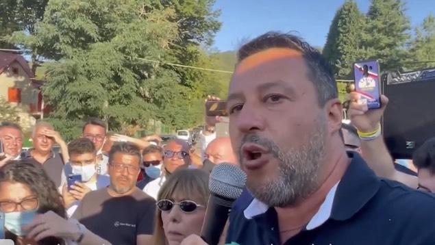 Una marea di gente accoglie Salvini nei territori devastati dai roghi