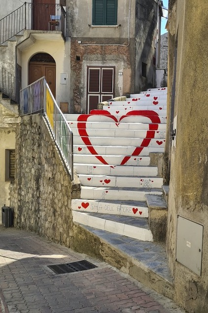 """A Sorbo San Basile una """"Scala dell'Amore"""" nel borgo"""