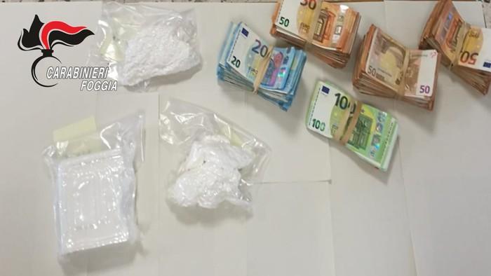 Nello zaino ha 800 grammi cocaina e 45mila euro, arrestato