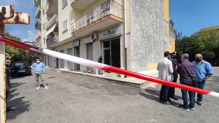 Agguato in una agenzia funebre a Crotone, due persone ferite