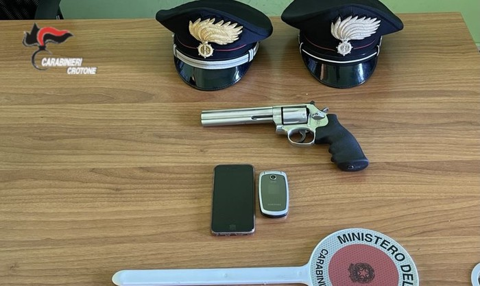 Armi: aveva in casa pistola clandestina, arrestata 50enne
