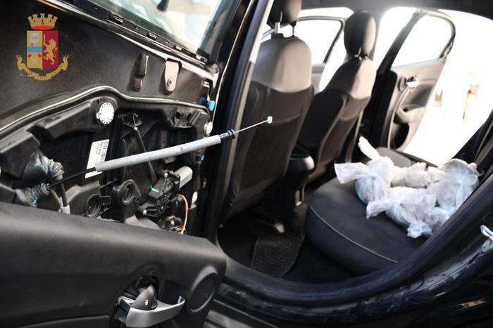Droga: in auto un kg di marijuana e documenti falsi, arrestato