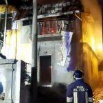 Incendiano casa abitata da migrante e fuggono, due ricercati
