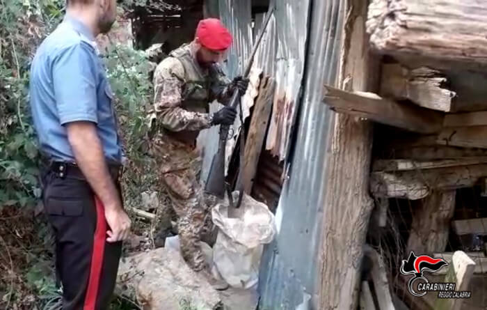 Fucile e 180 cartucce nascosti in casolare, denunciato