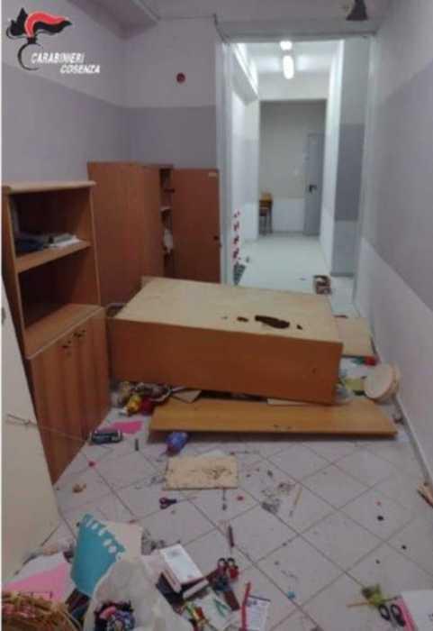 Sorpresi mentre devastano una scuola, due arresti dei carabinieri